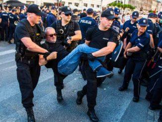 Piotr Pytlakowski wynoszony przez policjantów