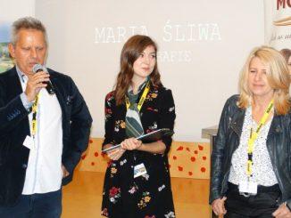 Justyna Ścieglińska - zwycięzczyni Fotosprint 2018 w otoczeniu jurorów Marii Śliwy i Marka Lapisa