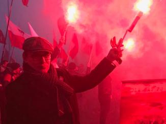 Cezary Gmyz z racą na Marszu Niepodleglości