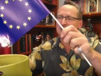 Wojciech Cejrowski palący flagę UE