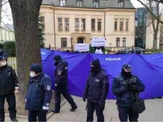 Policja parawanem zasłania pikietujących