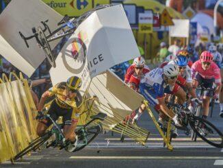 Nagrodzone zdjęcie Tomasza Markowskiego przedstawiające wypadek na finiszu pierwszego etapu Tour de Pologne w Katowicach